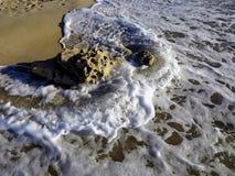 Mar que quebra na pedra, Sardinia, Imagens de Stock