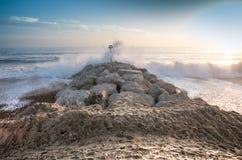 mar que se estrella en un rompeolas el al frente henhistbury Foto de archivo