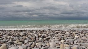 Mar Raging, ondas que batem contra a costa, nuvens no céu video estoque