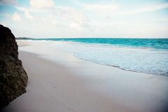 Mar, rocas, agua tranquila, días de fiesta imagen de archivo libre de regalías