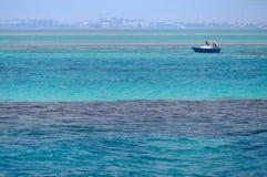 Mar Rojo, agua azul limpia, barco, horizonte de la ciudad, Egipto imágenes de archivo libres de regalías