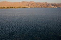 Mar Rojo con Aqaba Jordania Imagen de archivo