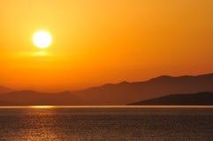 Mar, salida del sol y montañas Fotografía de archivo libre de regalías