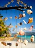 Mar Shell Chime Overlooking uma lagoa tropical fotos de stock royalty free