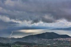 Mar, sol e dia chuvoso Imagens de Stock Royalty Free