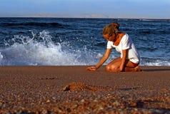 Mar, sol y una muchacha Imagenes de archivo