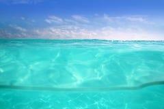 Mar subaquático e azul do mar do Cararibe do Waterline fotografia de stock