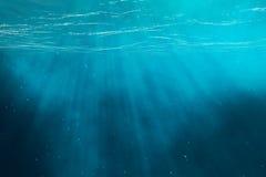 Mar subaquático, oceano com raios claros ilustração 3D Foto de Stock Royalty Free