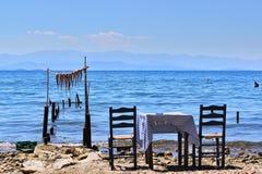 Mar, tabla, pulpo fotos de archivo