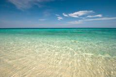 Mar tailandés: Playa blanca de la arena y cielo azul Fotografía de archivo
