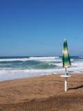 Mar tempestuoso, cilento, paraguas de sol Fotografía de archivo