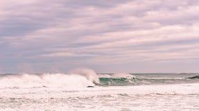 Mar tempestuoso con agua hermosa de la turquesa y wa de rociadura escénico Imágenes de archivo libres de regalías