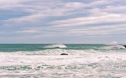 Mar tempestuoso con agua hermosa de la turquesa y wa de rociadura escénico Fotografía de archivo libre de regalías
