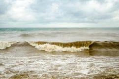 Mar tempestuoso con agua marrón Imagenes de archivo