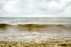 Mar tempestuoso con agua marrón Imagen de archivo libre de regalías