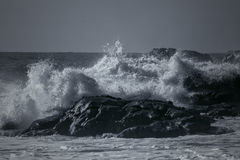 Mar tempestuoso en costa rocosa Fotos de archivo