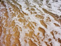Mar tempestuoso Ondas en la orilla imagenes de archivo