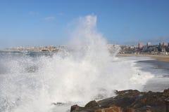 Mar tempestuoso que se rompe en las rocas en Oporto - Portugal Fotografía de archivo libre de regalías