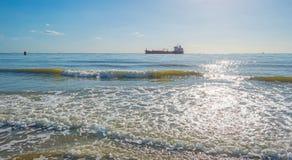 Mar teniendo en cuenta salida del sol en verano Imagenes de archivo