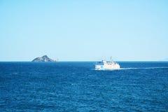 Mar tirreno, ondas azules del mar, barco y horizonte, paisaje Imágenes de archivo libres de regalías