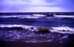 Mar tormentoso na noite Fotografia de Stock Royalty Free