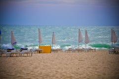 Mar tormentoso Sunny Beach de Bulgária da praia Foto de Stock