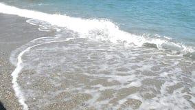 Mar tranquilo con suavemente las ondas de balanceo, mujer adulta en un traje de baño que se coloca en el embarcadero y que se pre almacen de metraje de vídeo