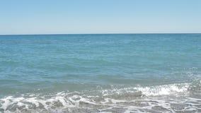Mar tranquilo con suavemente las ondas de balanceo, mujer adulta en un traje de baño que se coloca en el embarcadero y que se pre almacen de video