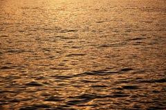 Mar tranquilo durante puesta del sol Foto de archivo