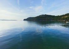 Mar tranquilo en la bahía Fotos de archivo libres de regalías