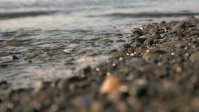 Mar tranquilo en la orilla almacen de metraje de vídeo