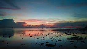Mar tranquilo en la puesta del sol Silueta del hombre de negocios Cowering Mudanza adelante almacen de metraje de vídeo