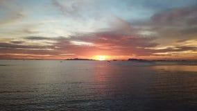 Mar tranquilo en la puesta del sol Silueta del hombre de negocios Cowering Mudanza al revés metrajes