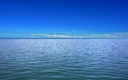 Mar tranquilo y cielo claro azul Imágenes de archivo libres de regalías