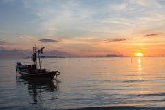 Mar tranquilo y cielo durante ocaso Foto de archivo