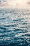 Mar tranquilo y cielo nublado Fotos de archivo libres de regalías