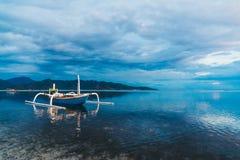 Mar tranquilo y un barco indonesio Fotos de archivo