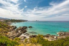 Mar translúcido e litoral rochoso de Córsega perto de Ile Rousse imagens de stock royalty free