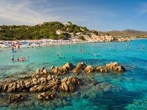 Mar transparente e de turquesa em Porto Giunco, Villasimius Sard fotografia de stock