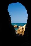 Mar a través de la pared de la cueva Fotografía de archivo