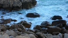 Mar tropical bonito com rocha e onda vídeos de arquivo