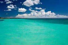 Mar tropical con agua de la turquesa, el cielo azul y las nubes blancas Fotos de archivo