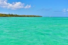 Mar tropical con agua de la turquesa, el cielo azul y las nubes blancas Foto de archivo libre de regalías