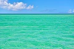Mar tropical con agua de la turquesa, el cielo azul y las nubes blancas Fotos de archivo libres de regalías