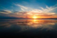Mar tropical de la puesta del sol fotos de archivo libres de regalías