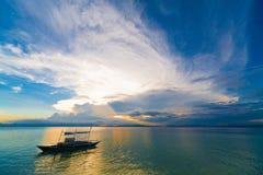 Mar tropical de la puesta del sol fotografía de archivo libre de regalías