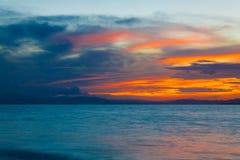 Mar tropical de la puesta del sol imagen de archivo libre de regalías