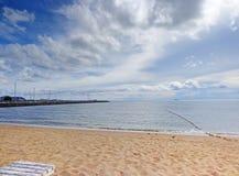 Mar tropical debajo del cielo azul en Pattaya Foto de archivo libre de regalías
