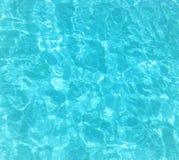 Mar tropical tranquilo - claro, agua azul foto de archivo
