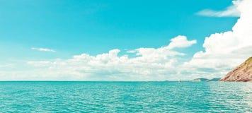 Mar tropical y cielo nublado fotografía de archivo